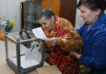 100-летняя жительница Донецка голосует дома в день второго тура выборов президента Украины