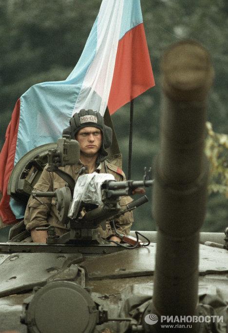 Военнослужащий танкового подразделения, вставшего на защиту Президента РСФСР во время августовского путча 1991 г.