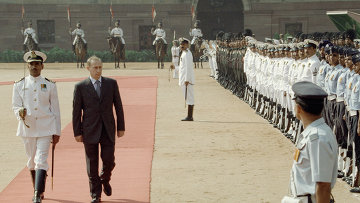 Владимир Путин обходит почетный караул