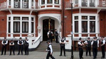 Лондонская полиция у посольства Эквадора, где скрывается Джулиан Ассанж