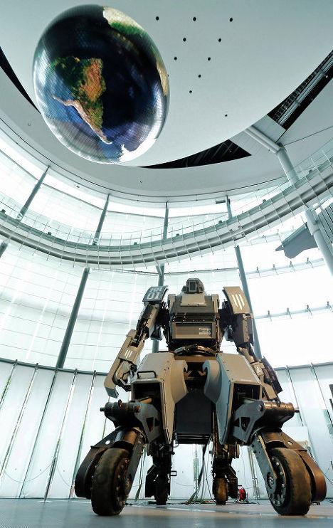 Боевой робот «Kuratas» на выставке в Токио, Япония