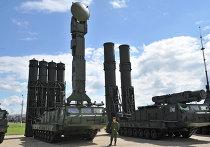 Зенитная ракетная система дальнего действия ЗРС С-300В и С-300ВМ (слева)