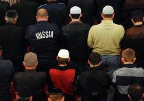 """Мусульмане в день праздника жертвоприношения Курбан-Байрам молятся в мечети """"Сердце Чечни"""" в селе Урус-Мартан"""