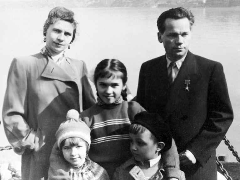 Советский конструктор М. Т. Калашников (справа) с женой и детьми