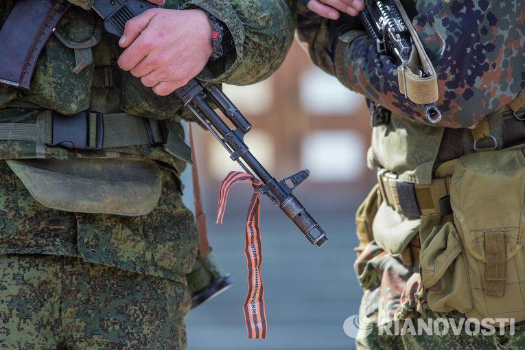 Военные у здания Верховного совета Крыма