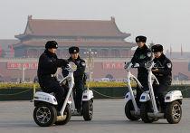 Полицейские на сигвеях на площади Тяньаньмэнь во время съезда Всекитайского собрания народных представителей в Пекине