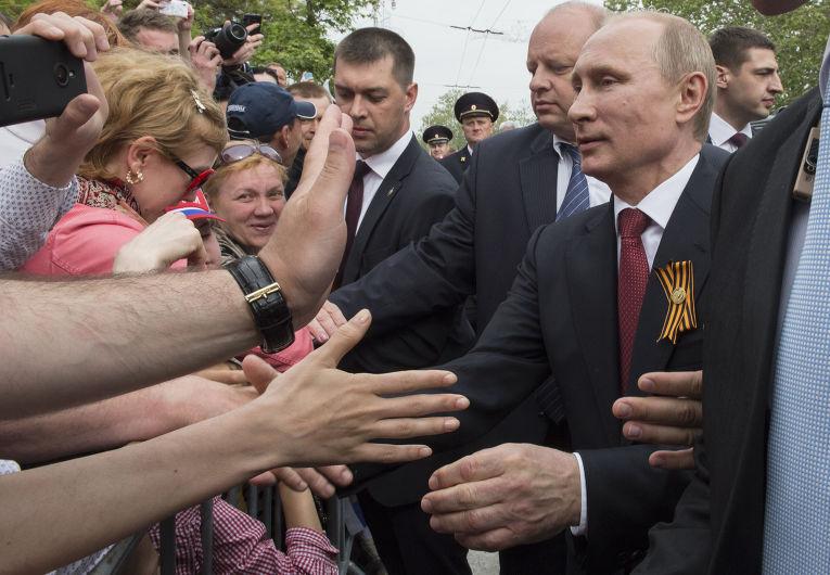 Владимир Путин общается с местными жителями после военного парада в честь Дня Победы в Севастополе