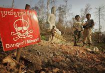 Дети играют у новой буддийской гробницы рядом с границейф Камбоджи и Таиланда
