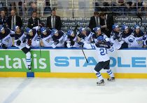 Игроки сборной Финляндии радуются забитому голу в четвертьфинальном матче чемпионата мира по хоккею 2014 между сборными командами Канады и Финляндии