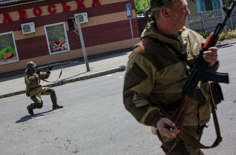 Бойцы народного ополчения с украинскими силовиками во время боя под Славянском