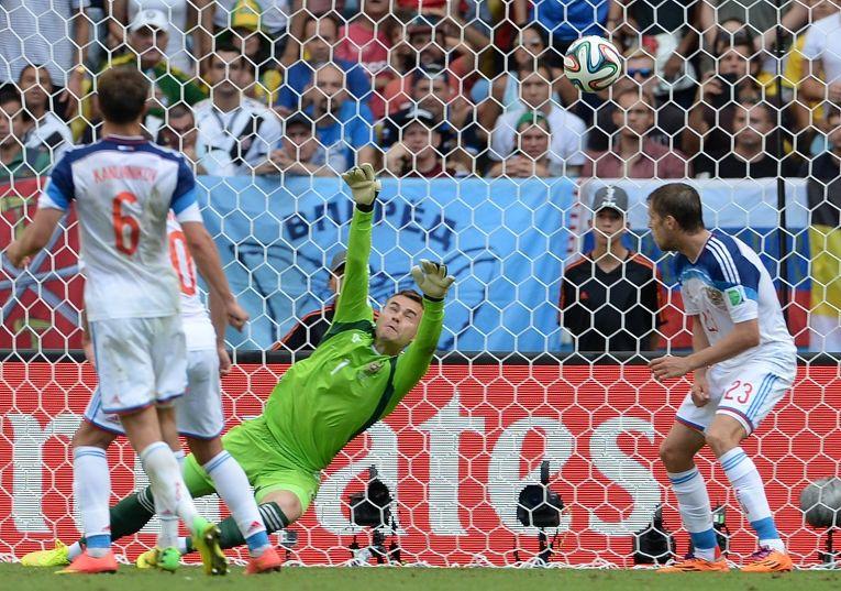 Вратарь сборной России Игорь Акинфеев пропускает гол в матче группового этапа чемпионата мира по футболу 2014 между сборными командами Бельгии и России