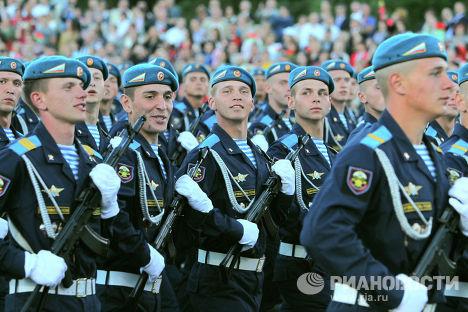 Российские десантники принимают участие в военном параде в Минске