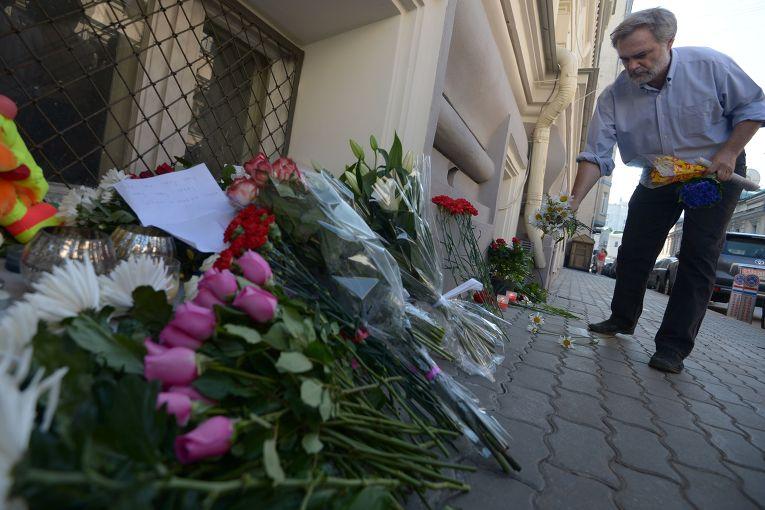 Люди несут цветы в память о погибших в авиакатастрофе в Донецкой области