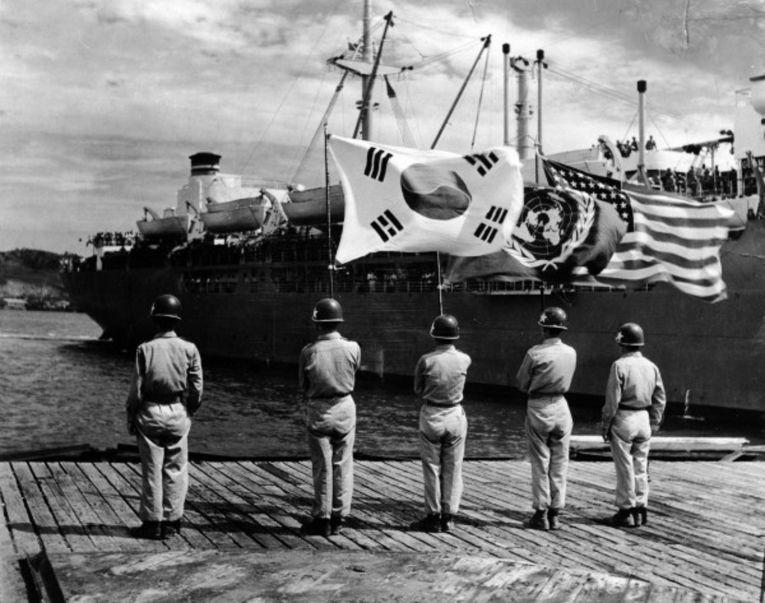 Прибытие американского корабля в Корею во время Корейской войны 1950-53 годов