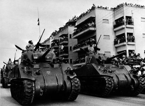 Колонна танков в Тель-Авиве перед началом Синайской кампании