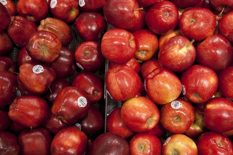 Яблоки в супермаркете в США