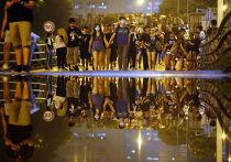 Протестующие рядом с правительственным комплексом в Гонконге