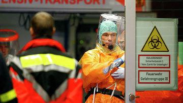 Медицинский персонал перед прибытием больного лихорадкой Эбола в госпиталь Франкфурта. 3 октября 2014