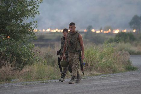 Украинские солдаты рядом с Иловайском