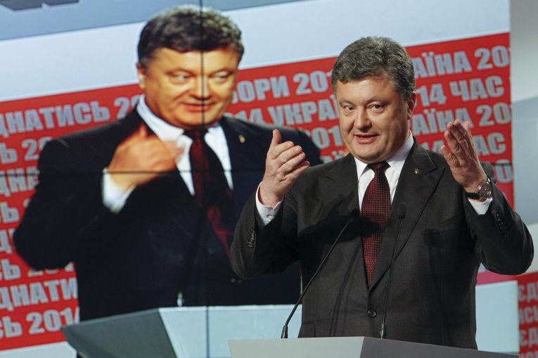 Петр Порошенко выступает в Киеве во время голосования на Украине