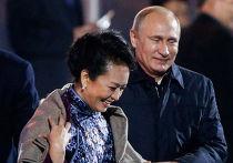 Владимир Путин накидывает плед на плечи первой леди Китая Пэн Лиюань