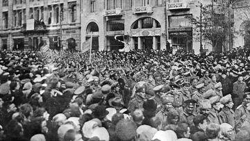 Жители Харькова принимают участие в демонстрации в первые дни февральской революции