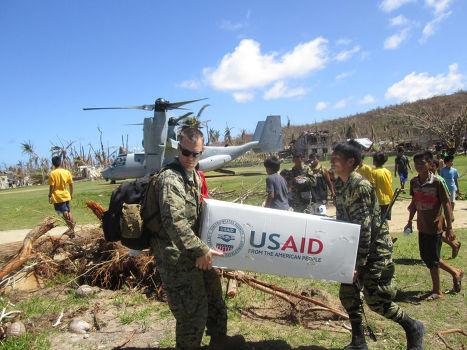Американские военные оказывают гуманитарную помощь пострадавшим от тайфуна Хайянь на Филипиннах