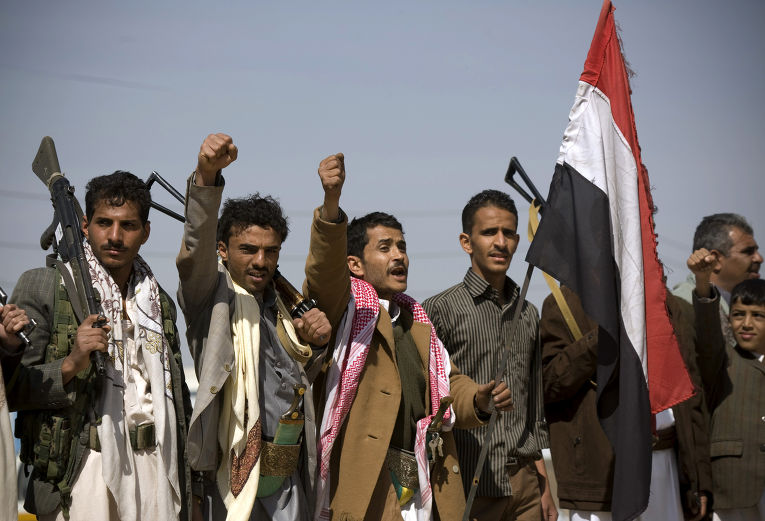 Хуситы во время столкновений с правительственными войсками рядом с президентским дворцом в Сане