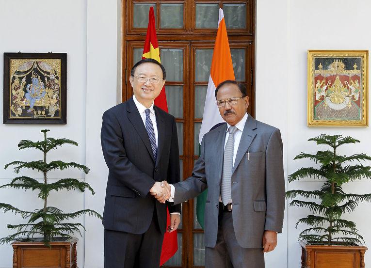 Советник по национальной безопасности Аджит Довал и член Госсовета КНР Ян Цзечи