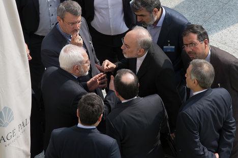 Министр иностранных дел Ирана Джавад Зариф с коллегами на переговорах по ядерной программе в Лозанне