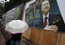 Плакат с президентом Турции Реджепом Тайипом Эрдоганом на улице Стамбула