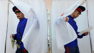 Жители поселка Койсуг Ростовской области на избирательном участке на выборах губернатора Ростовской области в Единый день голосования в России