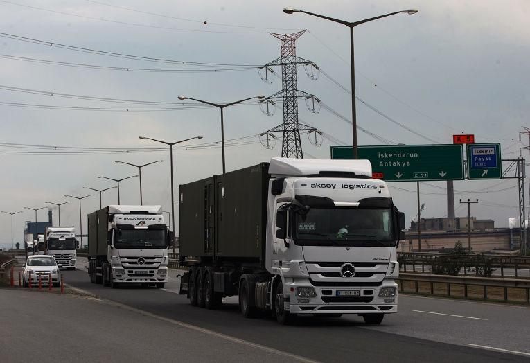 Турецкие грузовики выезжают из города Искендерум
