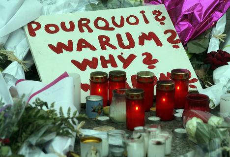 Табличка с вопросом «Почему?» на месте теракта в Париже
