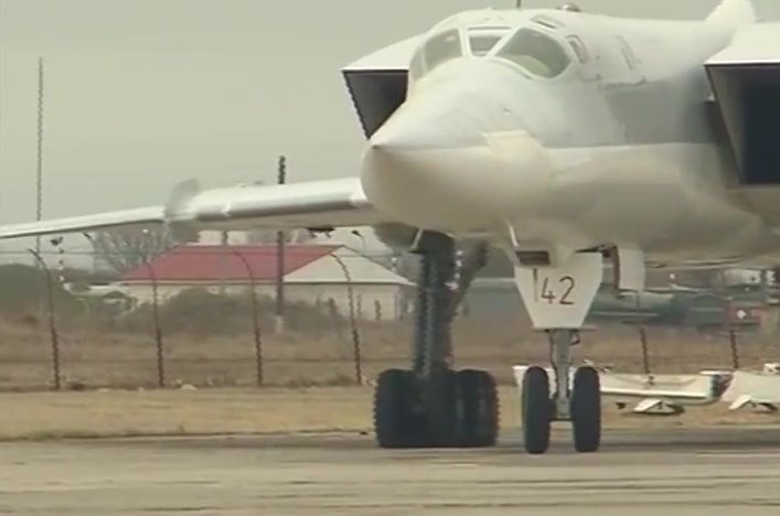 Самолет Ту-22 М3 Военно-космических сил России после боевого вылета для нанесения удара по объектам инфраструктуры ИГ в Сирии