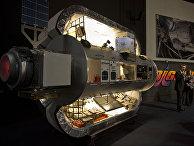 Президент Bigelow Aerospace Роберт Бигелоу рядом с макетом модуля B330