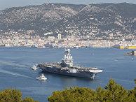Атомный авианосец «Шарль де Голль» покидает порт в Тулоне на юге Франции