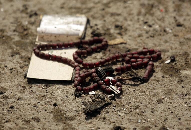 Четки на месте взрыва террористки-смертницы в Бакубе, Ирак