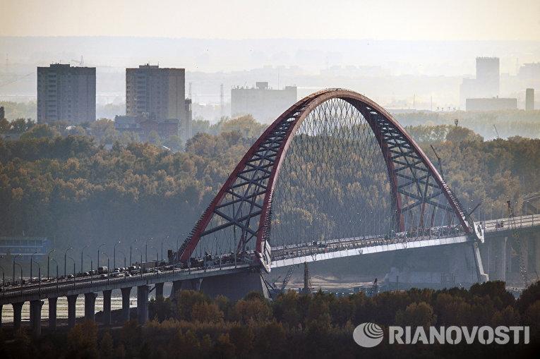 Подготовка к открытию автомобильного моста через реку Обь в Новосибирске