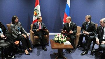Президент России Владимир Путин и президент Республики Перу Ольянта Умала Тассо (второй слева) во время встречи в Париже