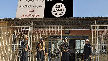 Боевики «Исламского государства» у полицейского участка в иракской провинции Найнава