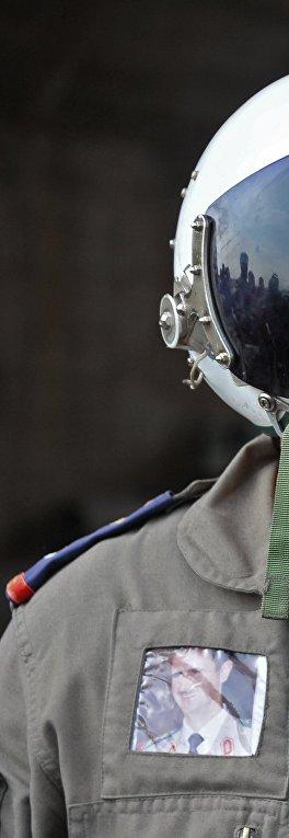 """Сирийский летчик на авиабазе """"Хама"""" в пригороде города Хама сирийской провинции Хама"""