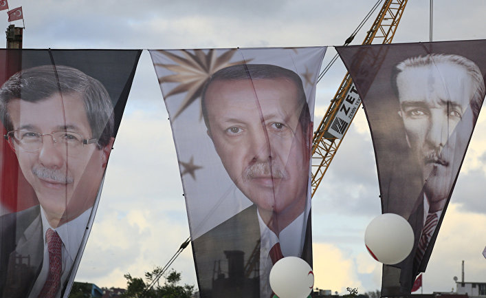 Портреты Ахмета Давутоглу, Реджепа Тайипа Эрдогана и Мустафы Кемаля Ататюрка на улице Стамбула