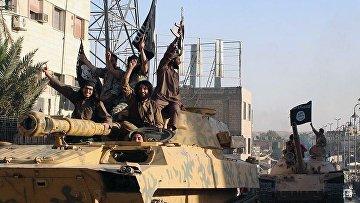 Боевики Исламского государства во время парада в городе Ракка, Сирия