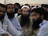 Сторонники «Джамаат уд-Дава» читают заупокойные молитвы в память муллы Омара в мечети в Исламабаде