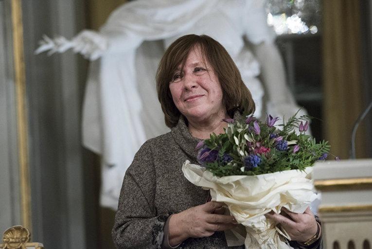 Белорусская писательница Светлана Алексиевич после чтения нобелевской лекции