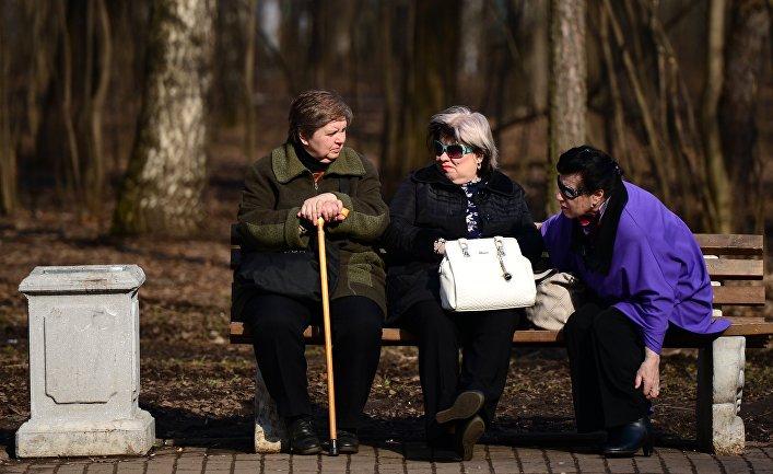 Пожилые женщины отдыхают на скамейке в парке «Кузьминки-Люблино»