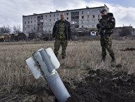 Пророссийские ополченцы рядом с неразорвавшейся ракетой «Ураган» в Дебальцево