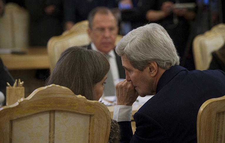 Джон Керри разговаривает с Викторией Нуланд во время встречи с Сергеем Лавровым в Кремле