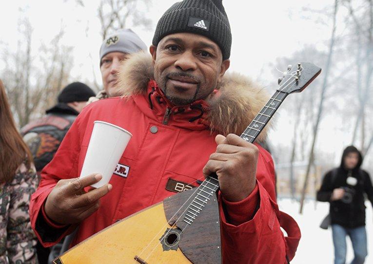 """Боксер Рой Джонс-младший на открытии зимнего сезона на """"Городской ферме"""" на ВДНХ."""